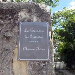 plaque de rue grise écriture française